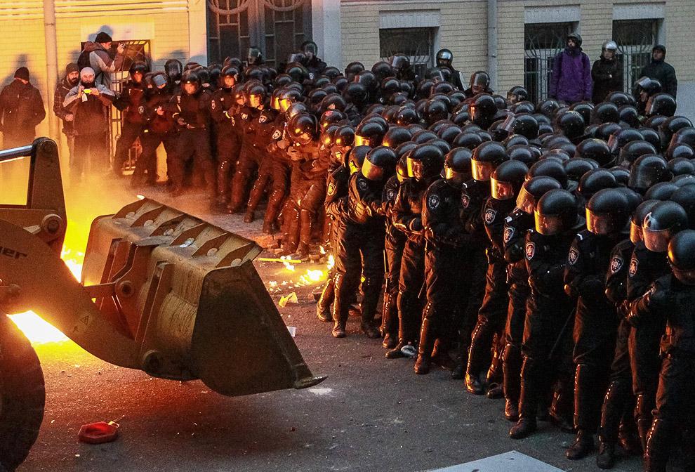 По данным МВД Украины, с начала столкновений пострадали 190 участников митингов и 140 полицейских