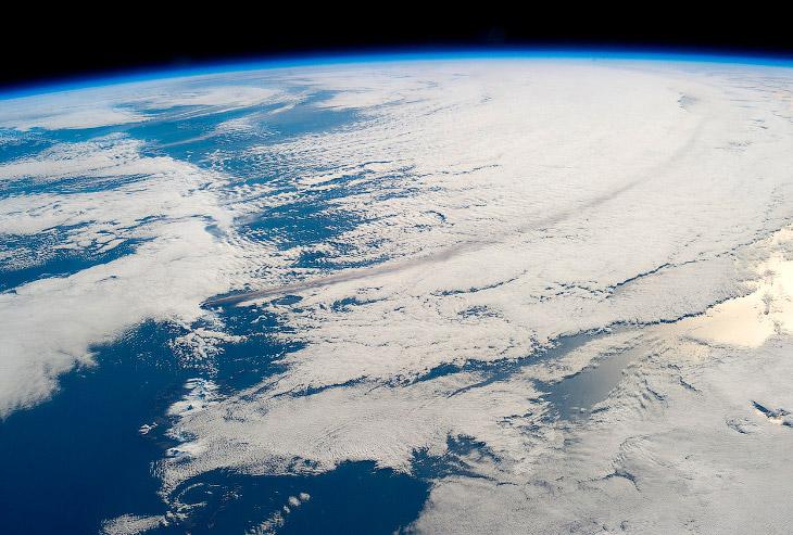 Вулкан Павлова начал извергаться 13 мая 2013 и выбросил в воздух облако пепла высотой около 6 км