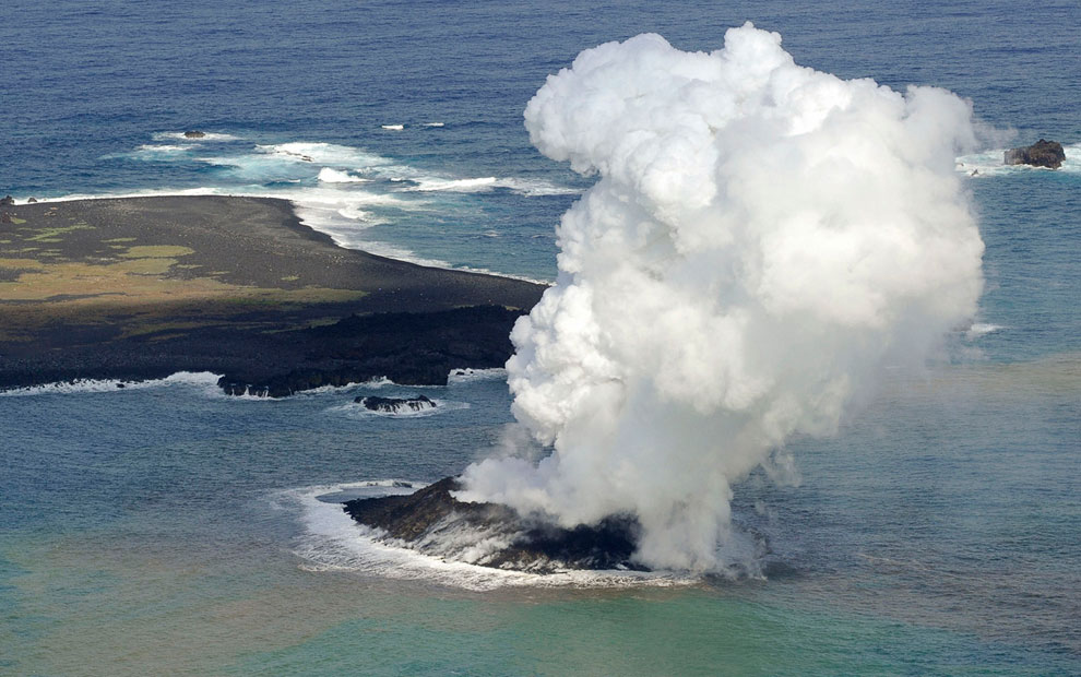 Извержение подводного вулкана у берегов небольшого необитаемого острова Nishinoshimaв Японии