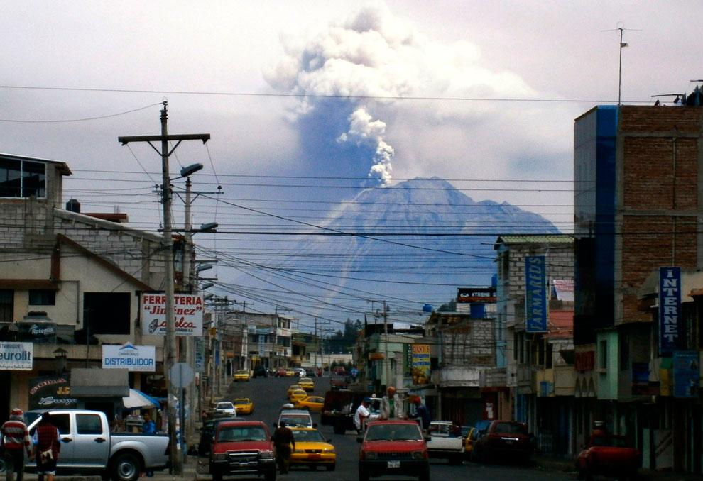 Извержение вулкана Тунгурауа (исп. «огненное горло») — действующего вулкана в Эквадорских Андах (Кордильера-Реаль), на территории национального парка Сангай