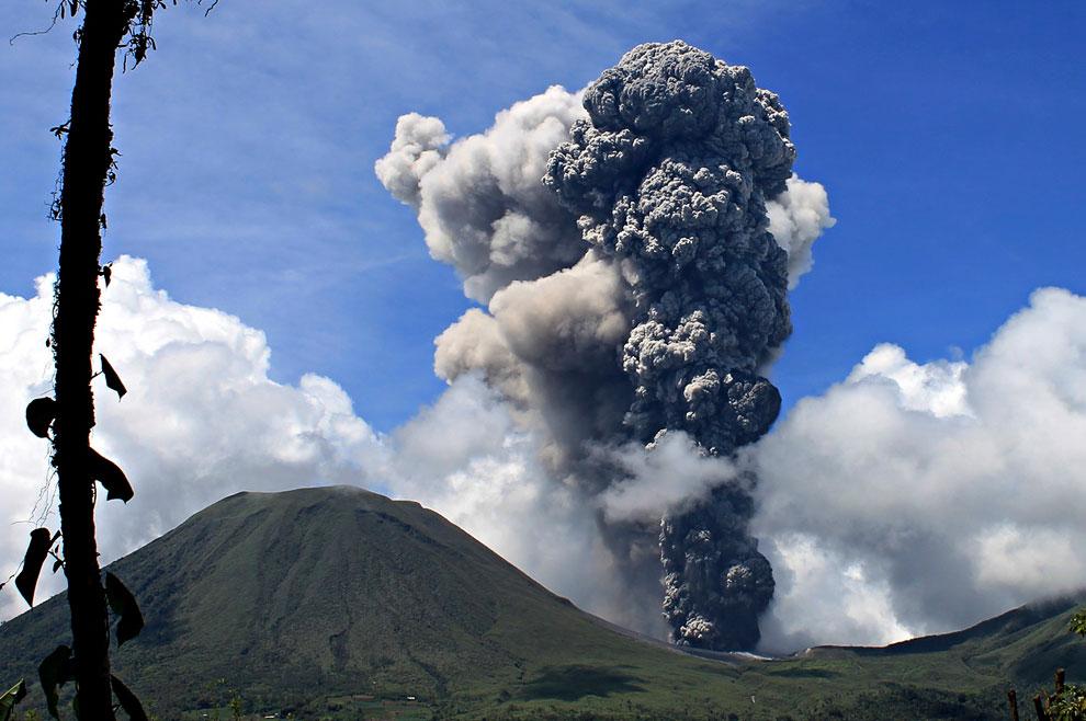 Извержение вулкана Локон на индонезийском острове Сулавеси