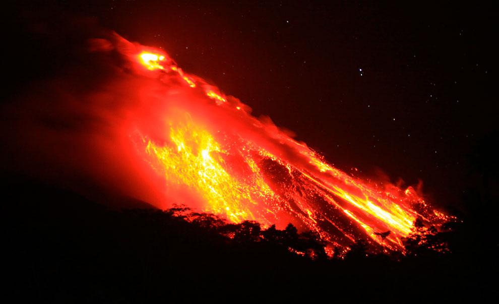 Извержение активного вулкана Карангетанг