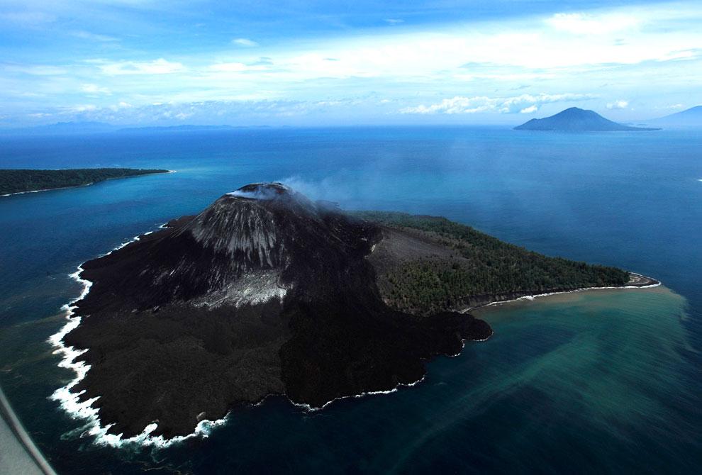 Действующий вулкан Кракатау в Индонезии