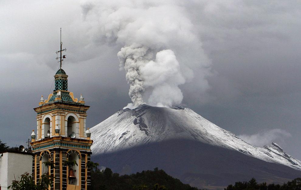 Извержение вулкана Попокатепетль в Мексике