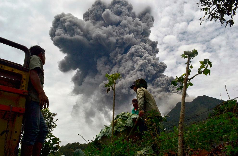 Извержение вулкана Синабунг  в северной части острова острова Суматра