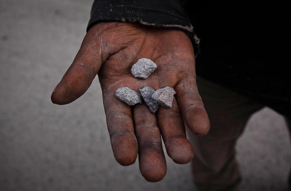 Во время извержения вулкана Синабунг с неба летят вот такие камни