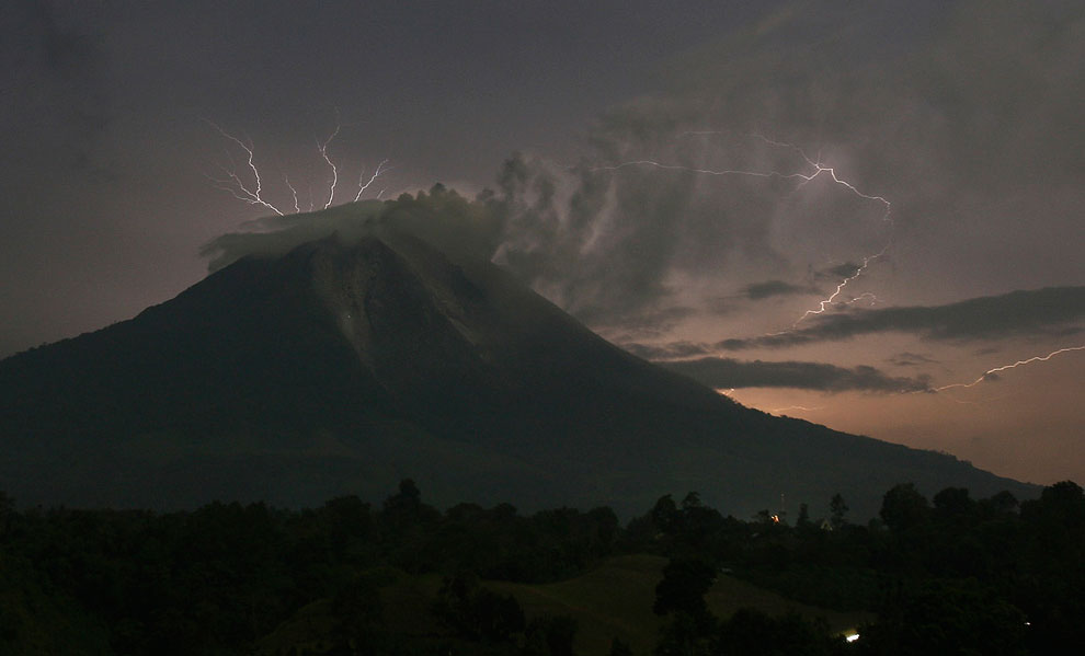 Вулкан Синабунг и молнии