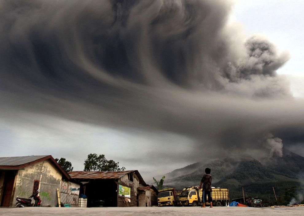 Еще одна фотография извержения горы Синабунг