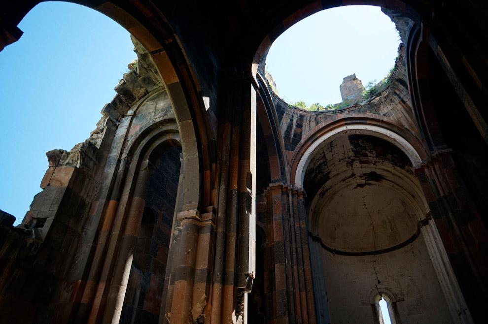 Внутри собора Ани, 4 июня 2013. Строительство началось в 989 году и было завершено в период между 1001-1010 годами