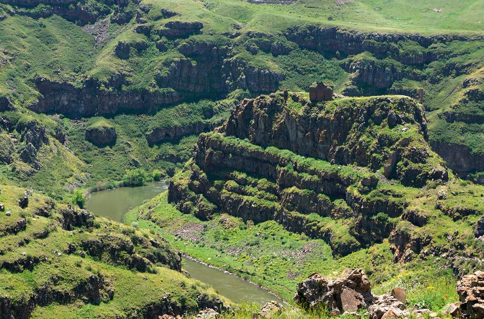 Замок на вершине горы около реки Ахурян