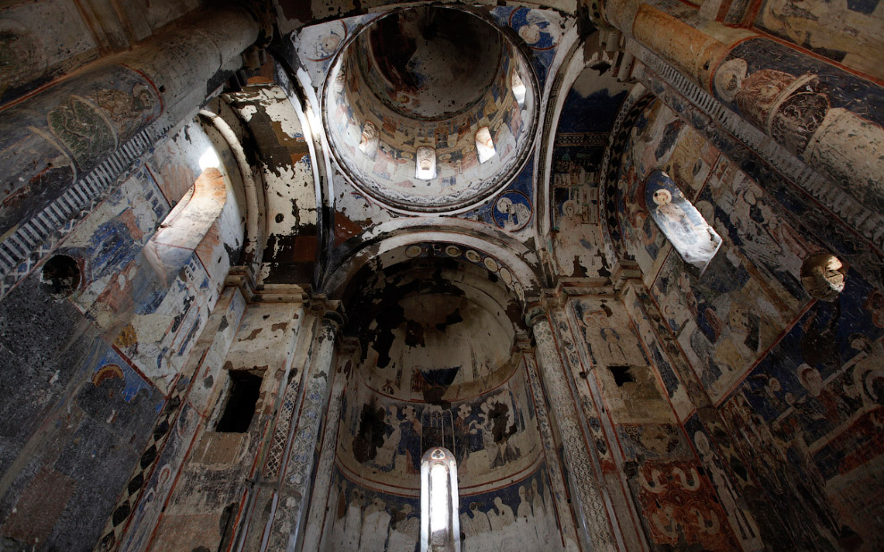 Поврежденные фрески в церкви Святого Григория