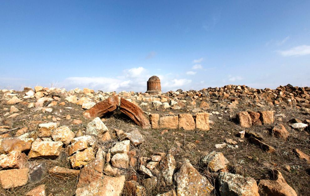 Остатки церкви Святого Спасителя среди руин города Ани