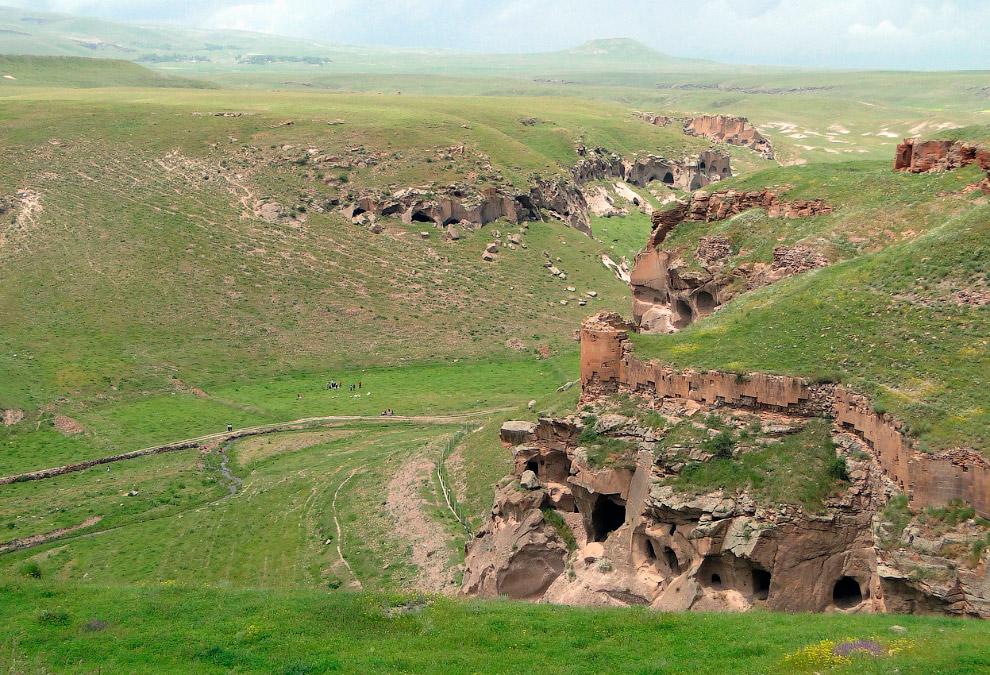 Ущелье ниже города Ани. Здесь видны многочисленные пещеры в скалах, а также укрепления