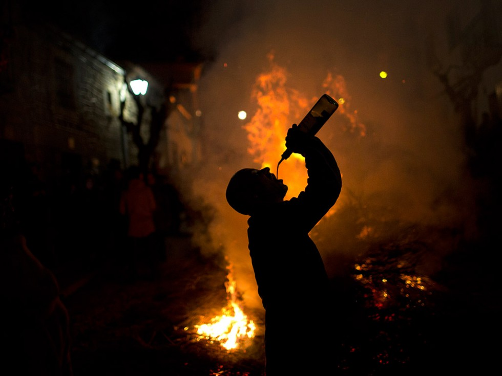 По вечерам у костров и мангалов, выставленных прямо на улице, устроители церемонии раздают всем желающим куски мяса и колбасы, которые поджаривают тут же на огне и запивают их обильным количеством вина