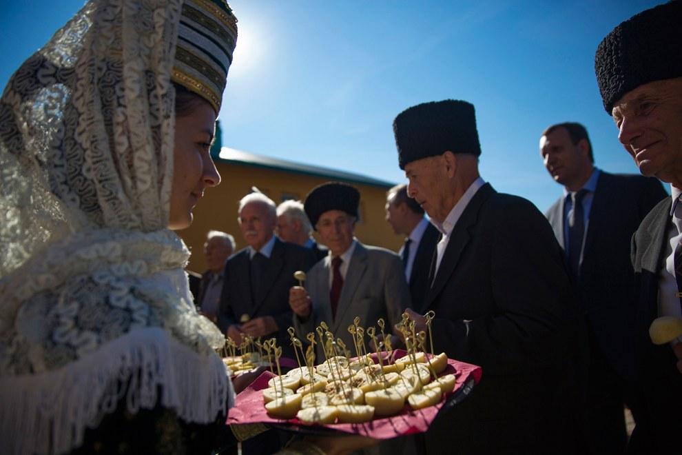 Хлеб-соль для черкесов, приехавших в школу в Большом Кичмае