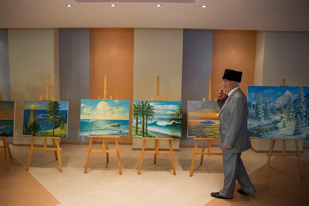 Картины местных художников в музее в Лазаревском районе города Сочи