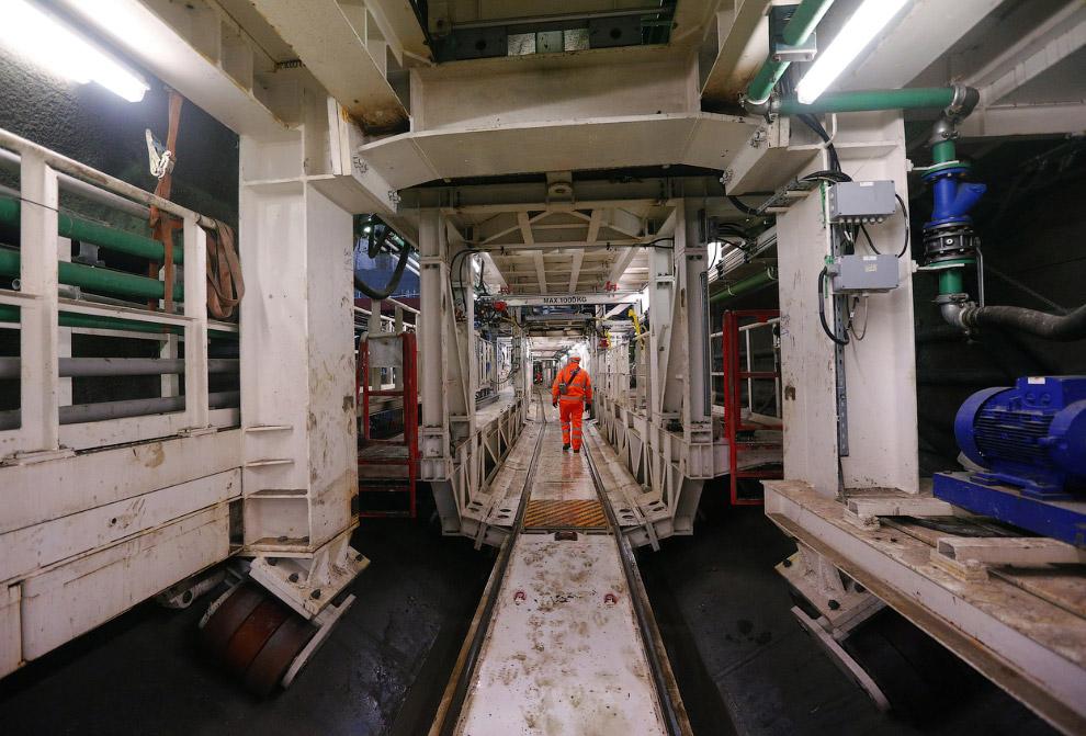 150-метровая проходческая машина настолько огромна, что внутри нее можно ходить по коридорам