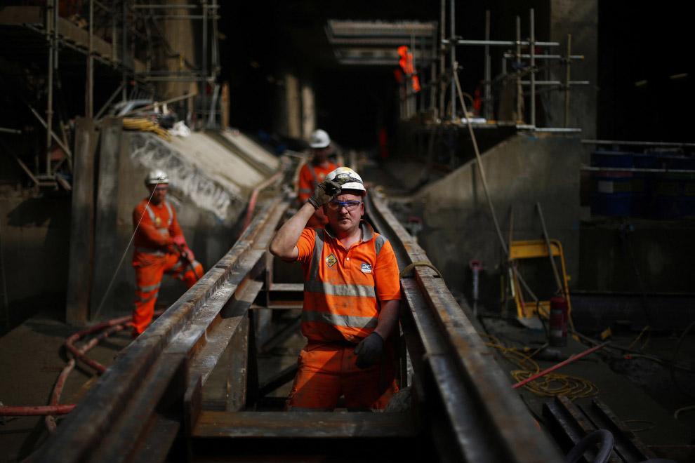 Рабочие укладывают рельсы для буровой машины в восточной части Лондона