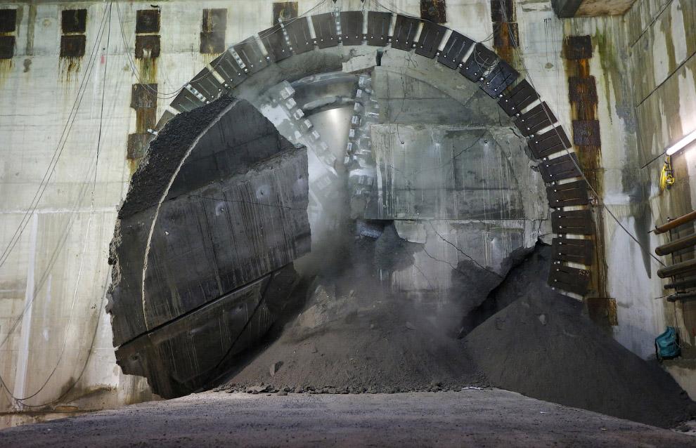 Проходческий щит пробурил очередную секцию подземного тоннеля