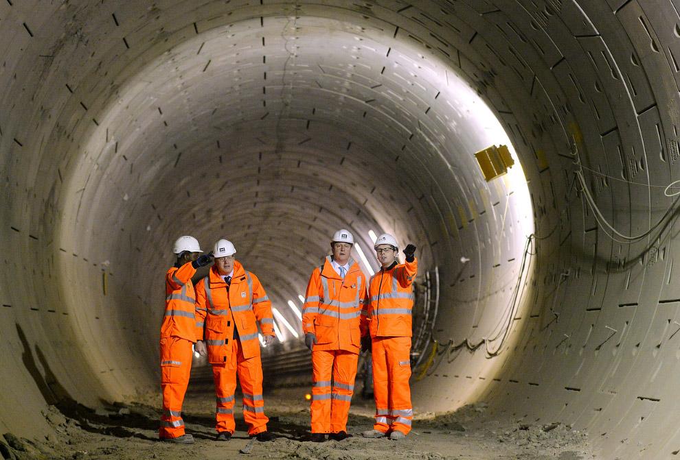 Премьер-министр Дэвид Кэмерон и мэр Лондона Борис Джонсон приехали на стройку под землей