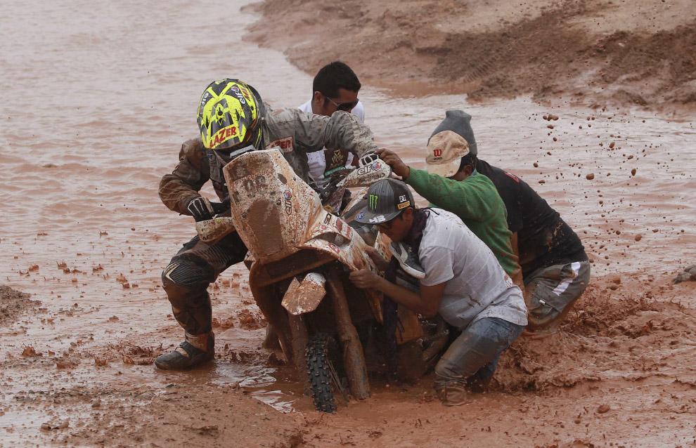Француз Стефан Хамард застрял в грязи. 7 этап ралли Дакар 2014 на участке между Сальта, Аргентина и Уюни, Боливия