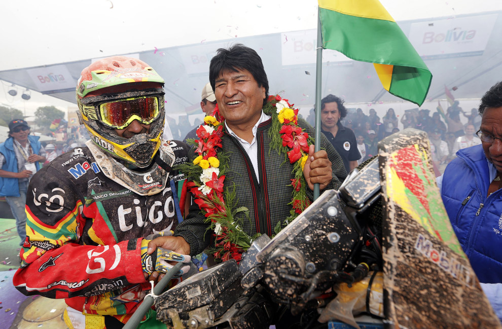 Президент Боливии Эво Моралес поздравляет гонщика своей страны Хуана Карлоса Сальватьера в конце 7-го этапа ралли Дакар