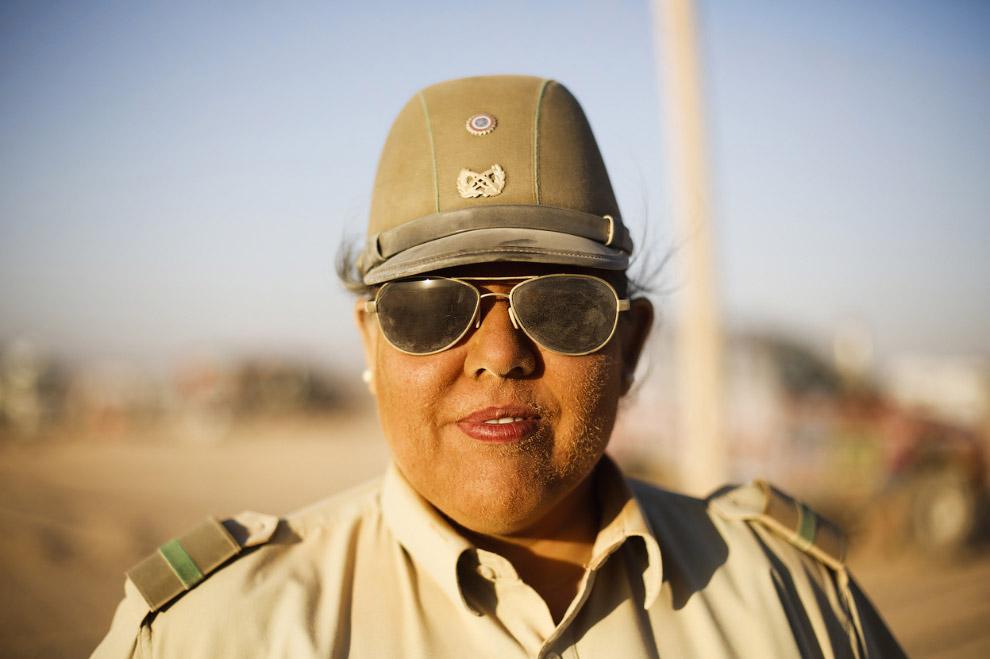 Колоритная чилийская полисменша в пыли