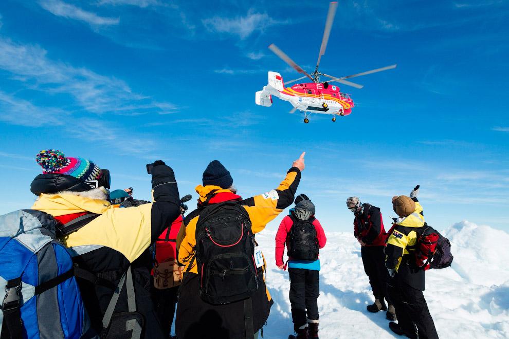 С борта запертого льдами российского судна «Академик Шокальский» китайский вертолет небольшими группами эвакуировал всех исследователей и туристов — всего 52 человека