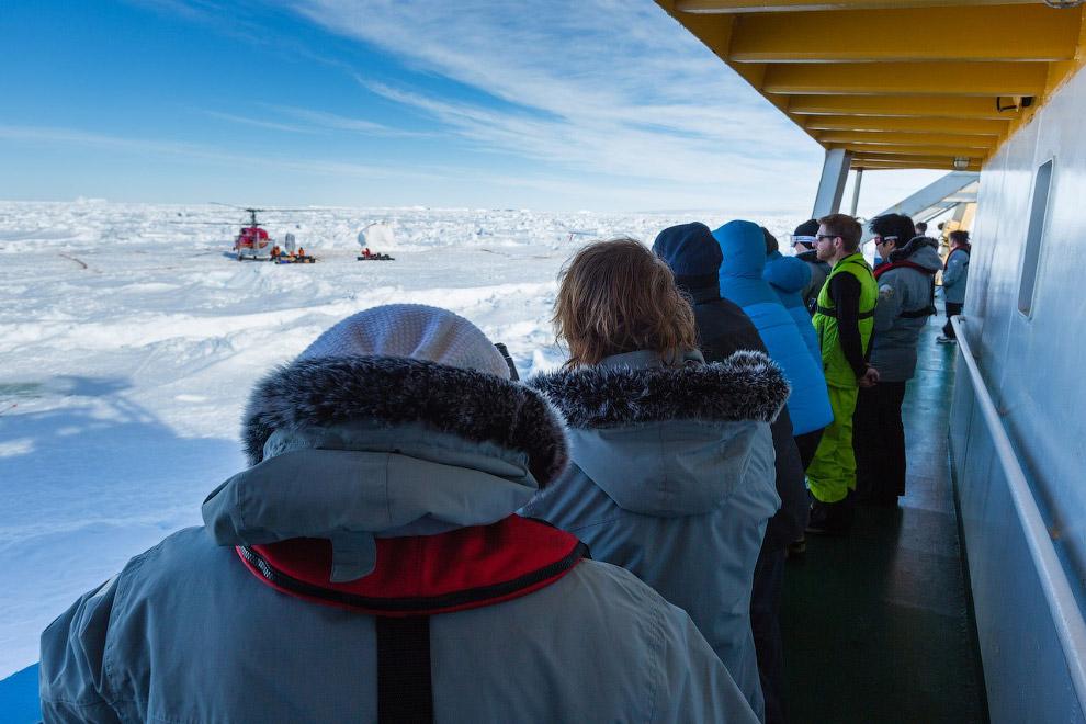 Пассажиры ждут своей очереди на «Академике Шокальском», пока эвакуируют на вертолете первые группы