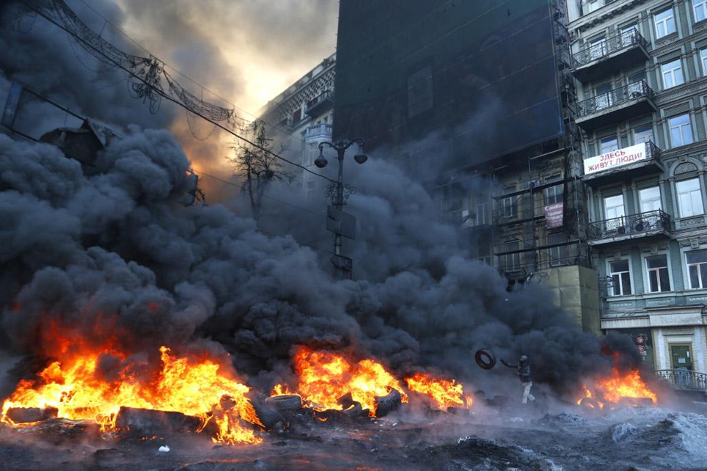 Клубы дыма от горящих автопокрышек в центре Киева