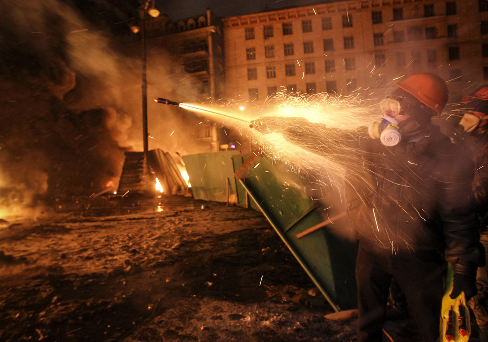 Тем временем радикал запускает фейерверк в сторону ОМОНа в Киеве
