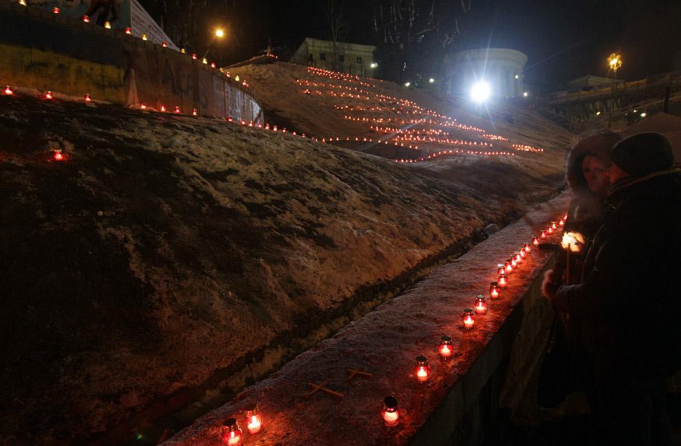Евромайдан зажег свечи у Октябрьского дворца в память о погибших активистах