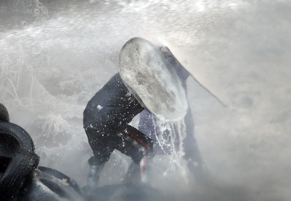 Работа водомета во время разгона воинствующих протестующих