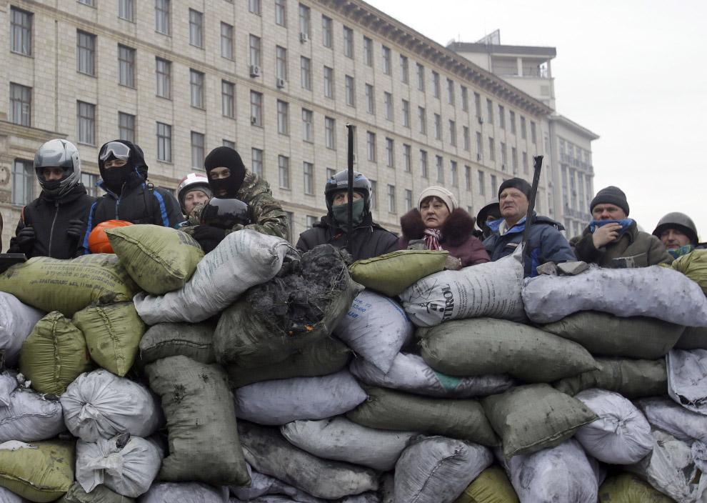 Вместе с бойцами-радикалами, на баррикадах в Киеве встречаются и мирные люди