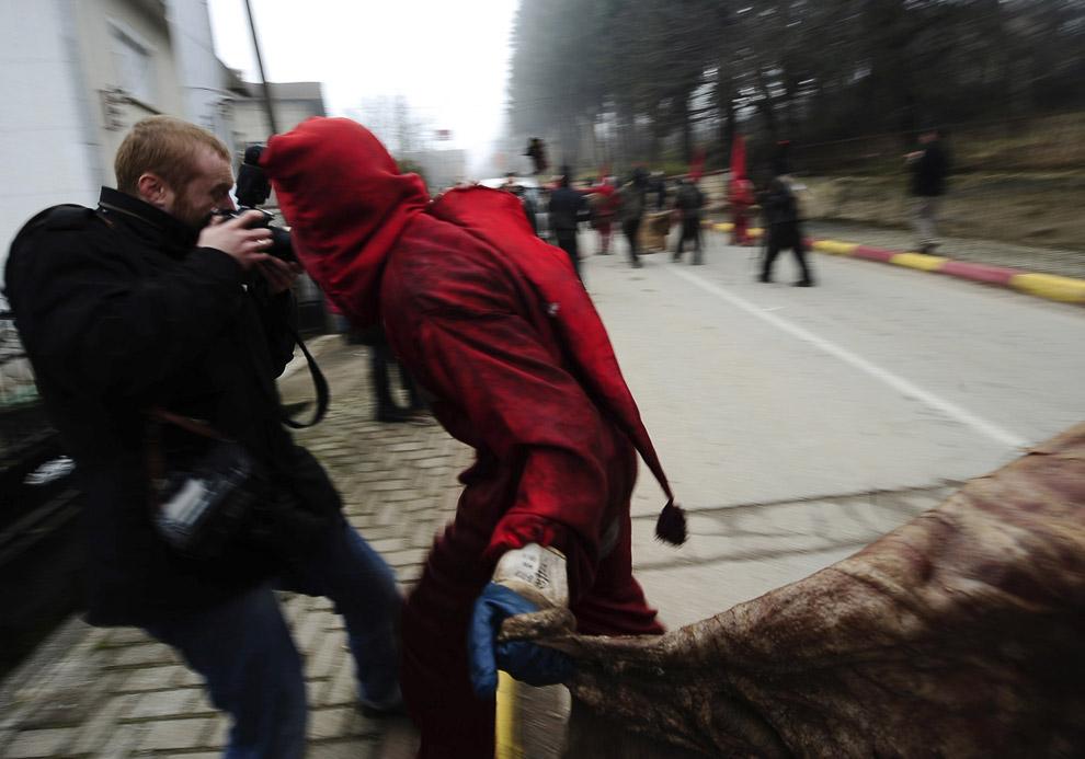 От участников карнавала иногда достается не только злым духам, но и фотографам