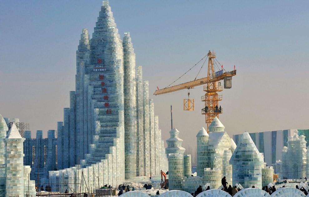 Размах поистине китайский. Для возведения некоторых ледяных конструкций используются высотные краны