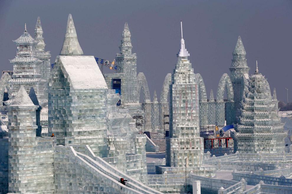 Ледяные замки и скульптуры сказочных героев разместились на площади 750 000 кв.м. и требуется около 180 тысяч кубометров льда и 150 тысяч кубометров снега