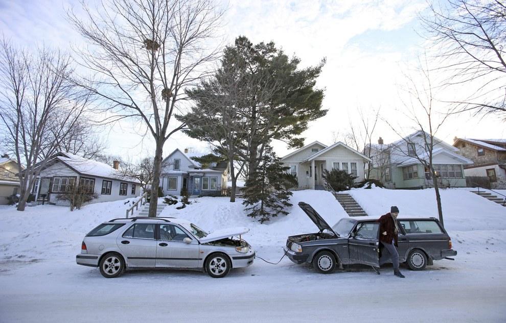 Люди не могли завести на морозах машины. Знакомая картина