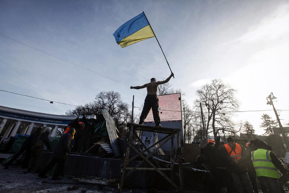 Утро 20 января в самом центре Киева начались военные действия. На улице Грушевского образовалась баррикада из сожжённых автомобилей: четырех милицейских автобусов, трех армейских грузовиков