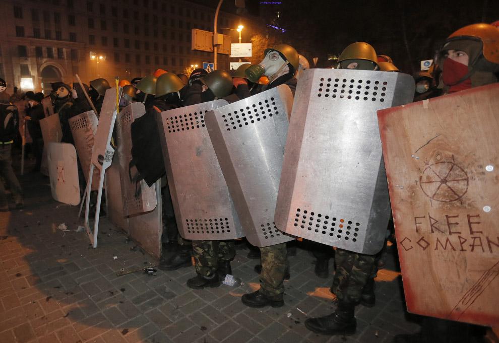 Протестующие с щитами, отобранными у ОМОНа