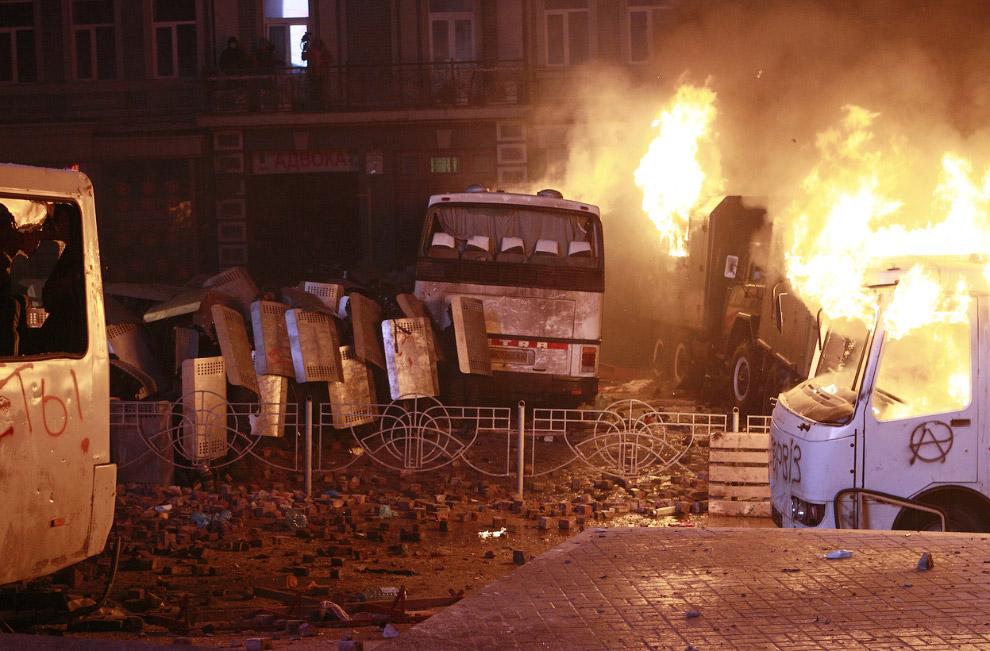 Ночные бои в самом в центре Киева — на перекрестке улицы Грушевского и Парковой аллеи — проходили в кромешной тьме