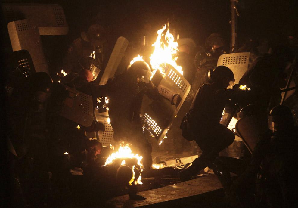 За сутки протестующие так и не смогли продвинуться в сторону Рады и Дома правительства — все подходы по-были перекрыты кордонами милицейского спецназа