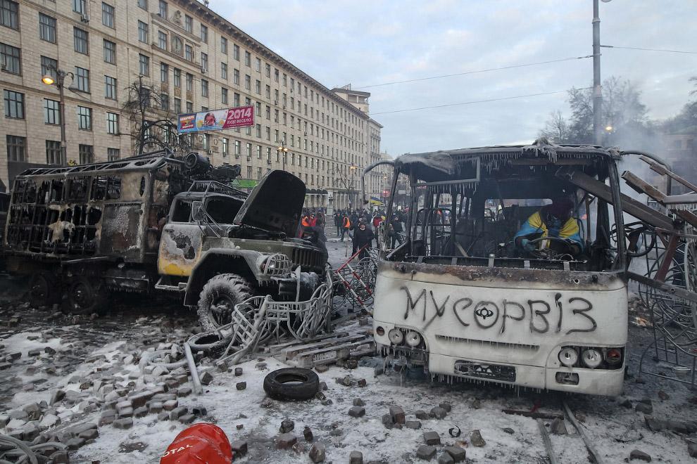 Утром 20 января на улице Грушевского образовалась баррикада из сожжённых автомобилей: четырех милицейских автобусов, трех армейских грузовиков