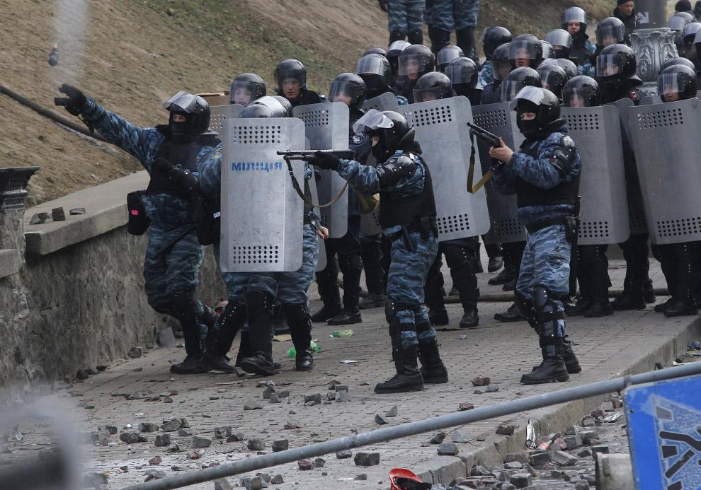 Спецназ в ответ стреляет резиновыми пулями и кидает гранаты с электрошоком