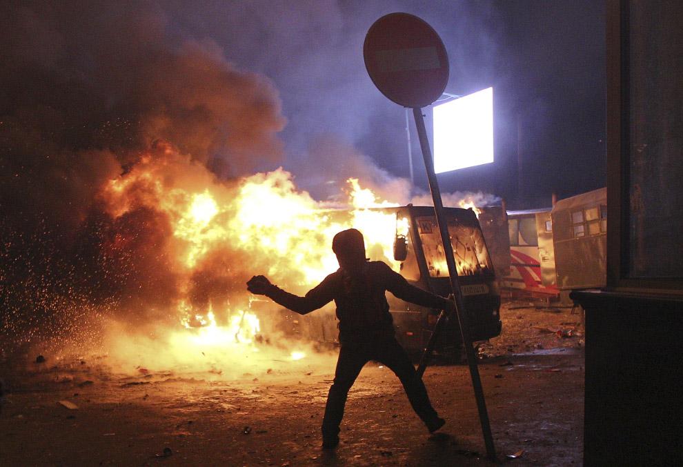 По официальным данным в уличных боях получили ранения более 100 человек