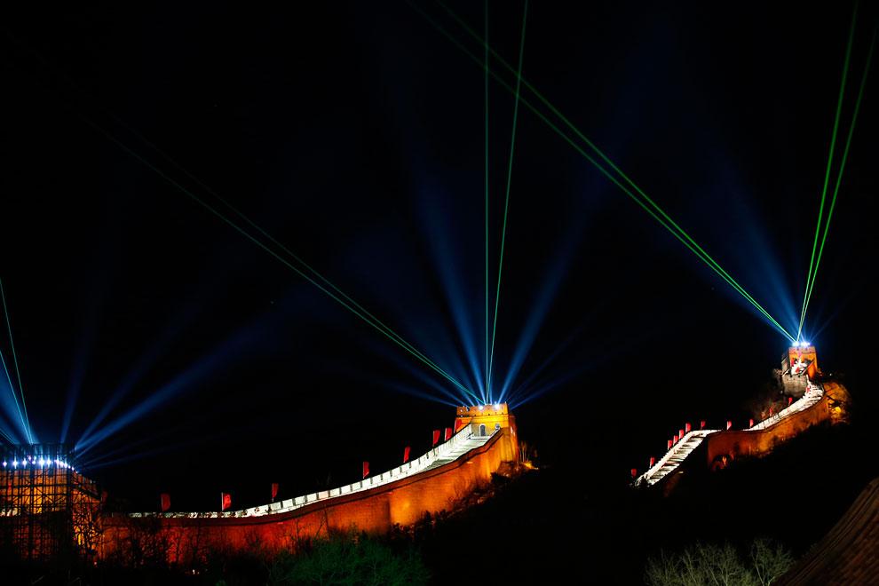 Пекин, Китай. Свет и лазеры освещают Великую Китайскую стену на участке Бадалин