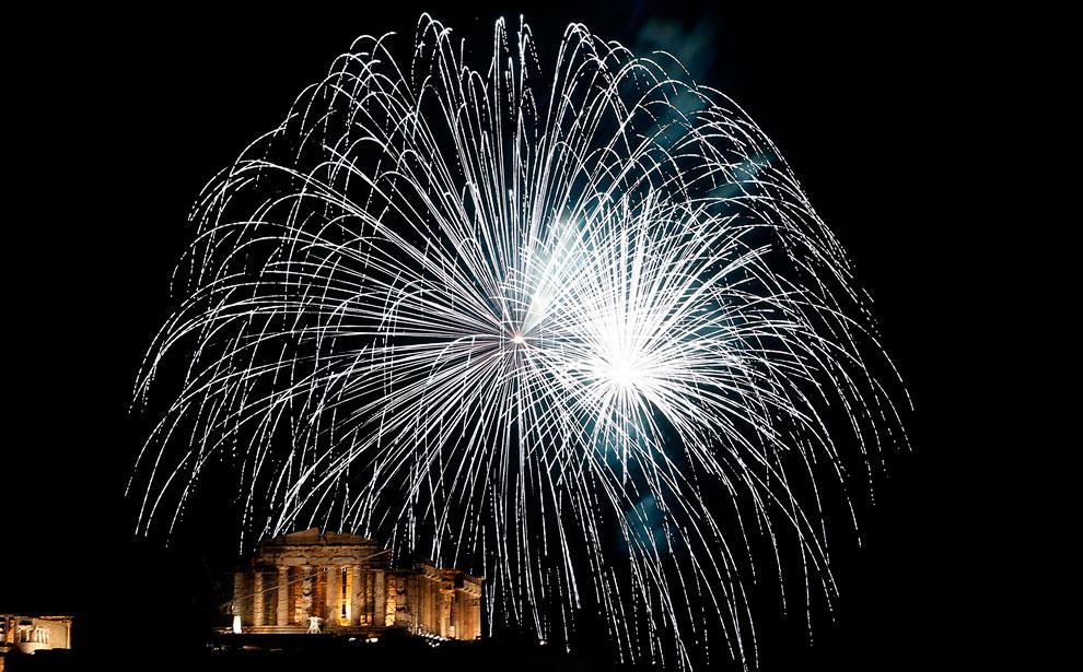 В центре внизу — памятник античной архитектуры, древнегреческий храм Парфенон, расположенный на афинском Акрополе, главный храм в древних Афинах