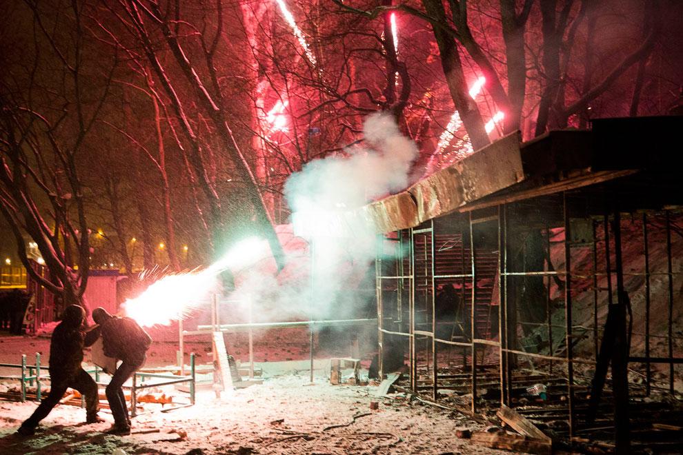 Радикально настроенные протестующие используют фейерверки во время столкновений с милицией в центре Киева