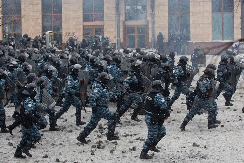 Бойцы спецназа «Беркут» перешли в наступление на радикально настроенных сторонников оппозиции и оттеснили их с улицы Грушевского в центре Киева