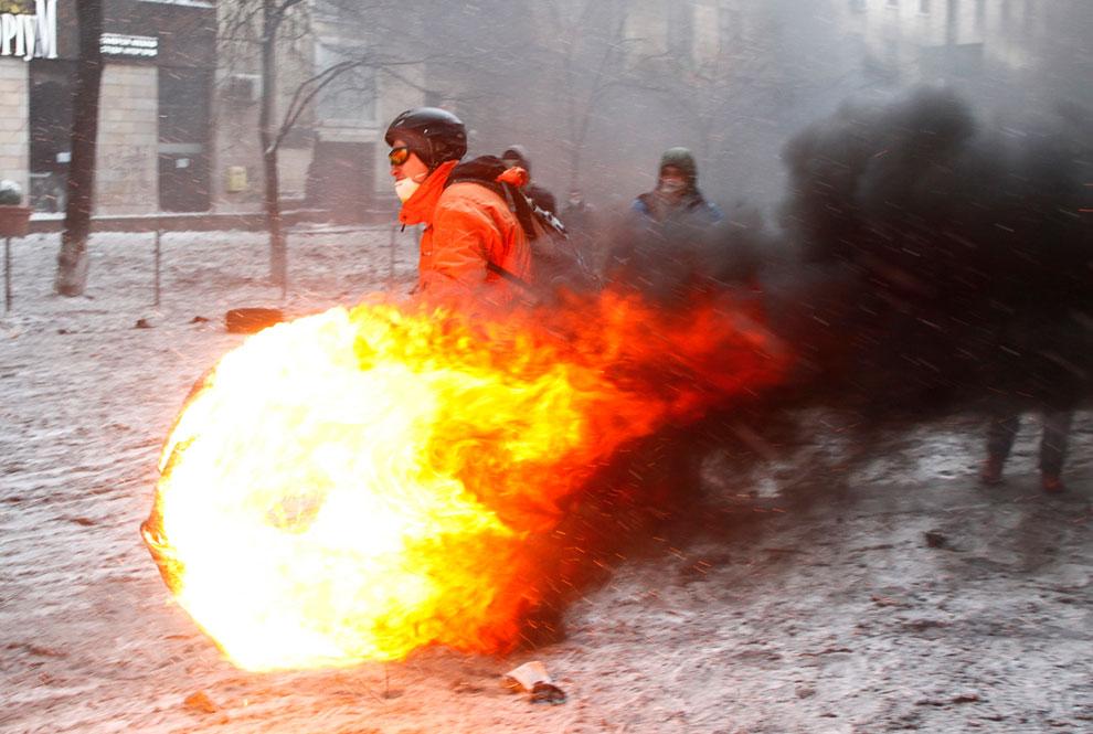 В центре Киева участники беспорядков подожгли автопокрышки